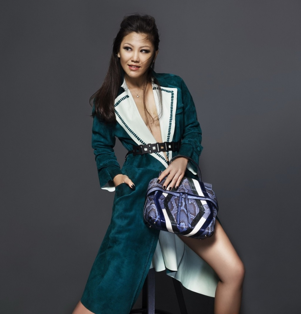 todsfw2015Charlotte Chen in Tod's Wave Bag 1