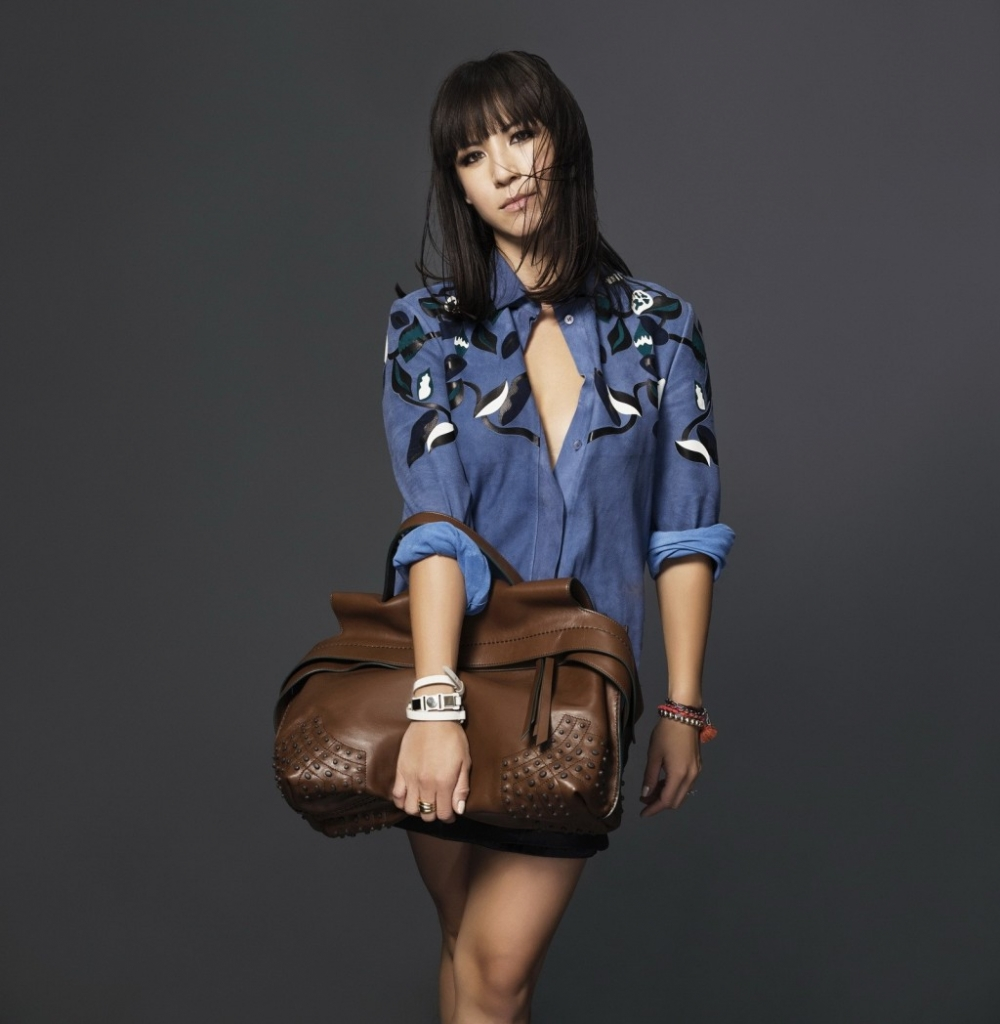 todsfw2015Victoria Tang in Tod's Wave Bag 1